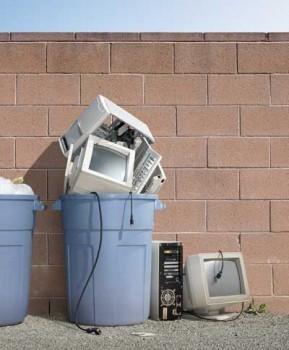 vieux-pc-ordinateur-poubelle-dechetterie