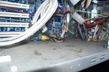poussiere-interieur-boitier-pc-ordinateur